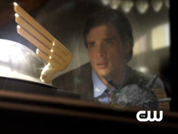 Smallville: Clark looks at the Flash's helmet